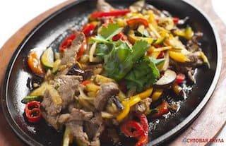 Шипящая сковорода с говядиной и овощами
