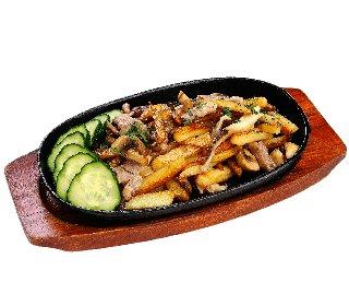 Жареный картофель со свининой и луком