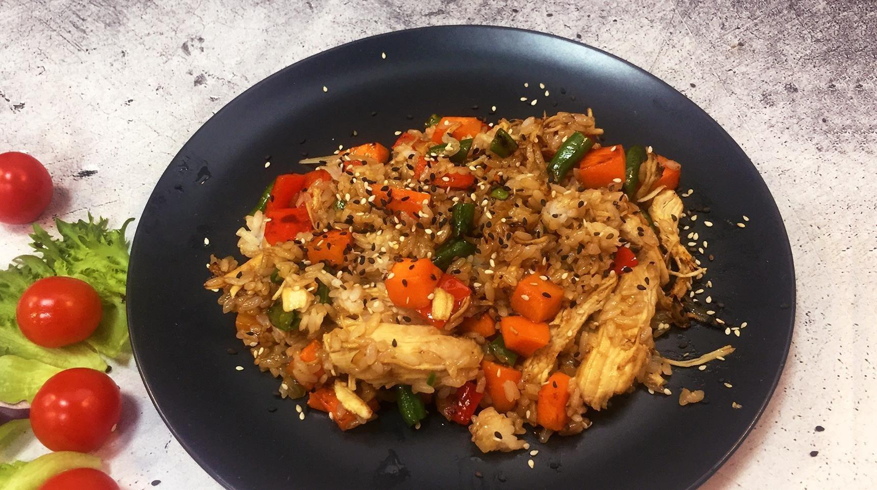 Рис с курицей под соусом Черный перец