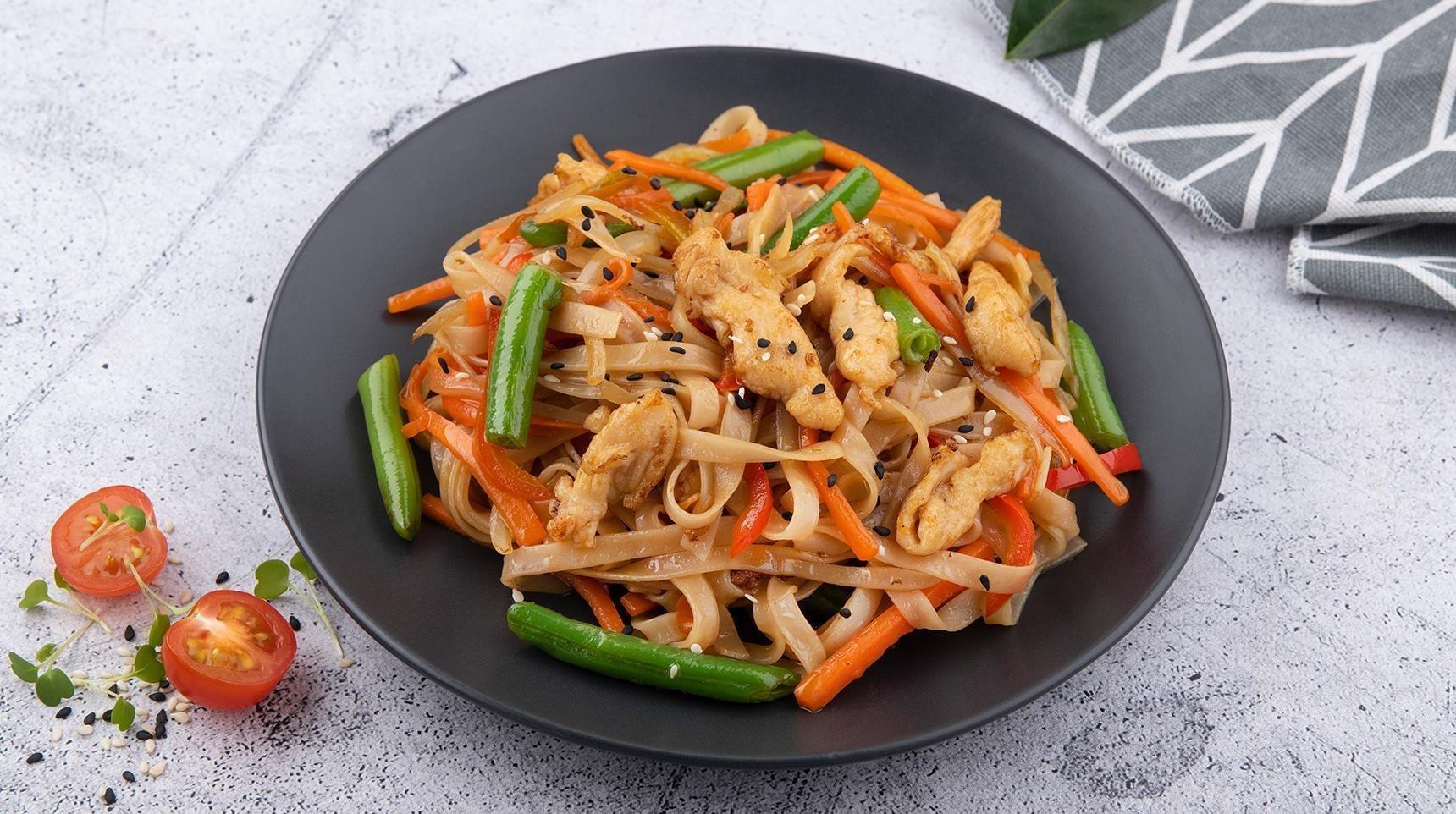 Рисовая лапша с курицей по тайски